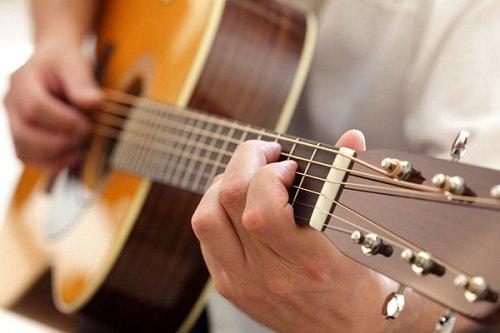 Mách nhỏ 5 bí quyết tự học đàn guitar nhanh tiến bộ tại nhà
