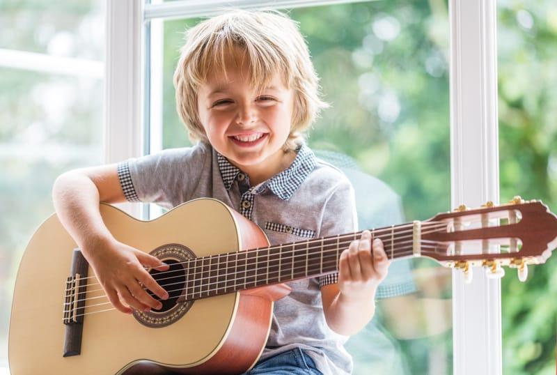 Độ tuổi thích hợp để trẻ chơi đàn guitar
